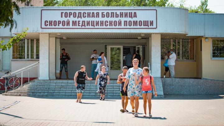 Врачей ростовской скорой обвинили в том, что они выбросили пациента на улицу. Видео