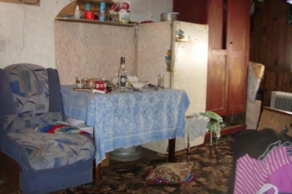 Мужчина выпил и пришел в дом, где находилась его сожительница и ее знакомые
