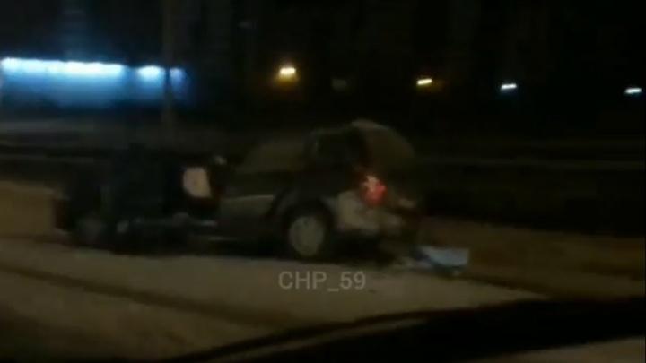 В Перми столкнулись Lada и грузовик, убиравший снег с дороги: один человек погиб
