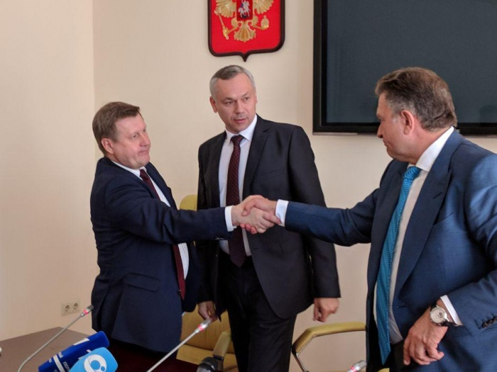 Анатолий Локоть (на фото слева) не будет участвовать в выборах губернатора, а Андрей Травников (в центре) — будет