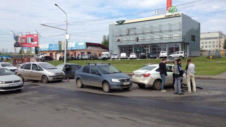 Массовая аварии в Уфе: два человека остались зажатыми в легковушке