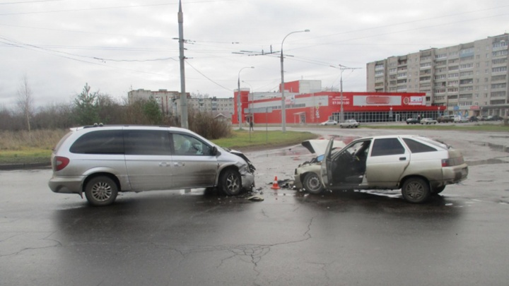 Как в стену въехал: в ДТП в Рыбинске пострадали два человека