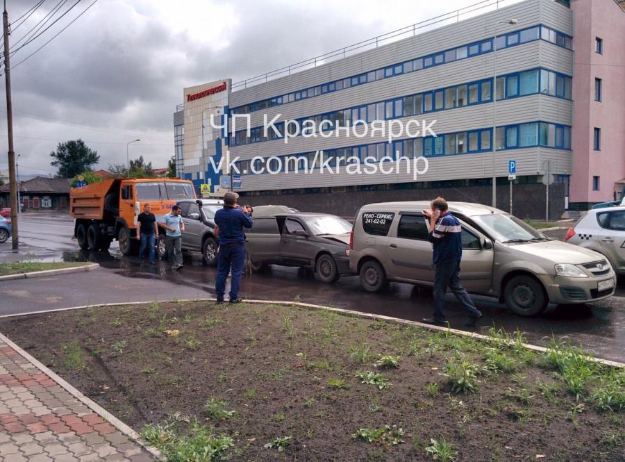 4 машины, столкнувшись, встали «паровозиком» вцентре Красноярска