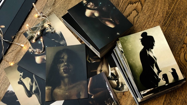 Художница в стиле ню Отришко выпустила откровенные открытки со своими рисунками