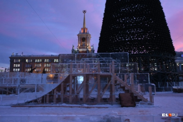 В этом году из-за аномально теплой зимы строительство ледового городка началось позже, чем обычно