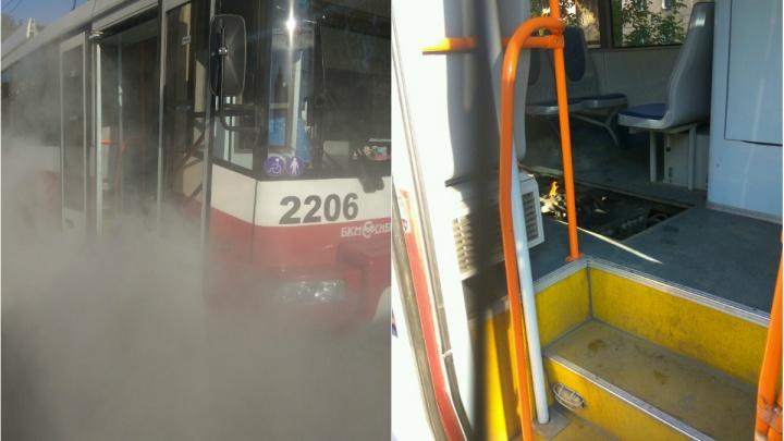На левом берегу загорелся трамвай с пассажирами
