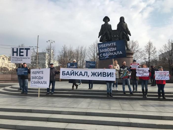 На площади Труда прошел пикетпротив строительства заводов на Байкале
