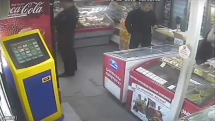«Мы видим хамское отношение»: в мэрии начали проверку по видео, где чиновник обещает снести павильон