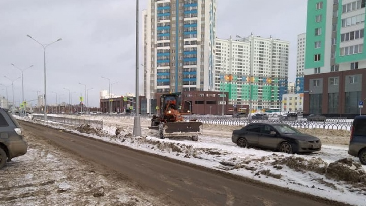 Заваленный снегом проспект Сахарова и его дублеры впервые за зиму почистили грейдеры