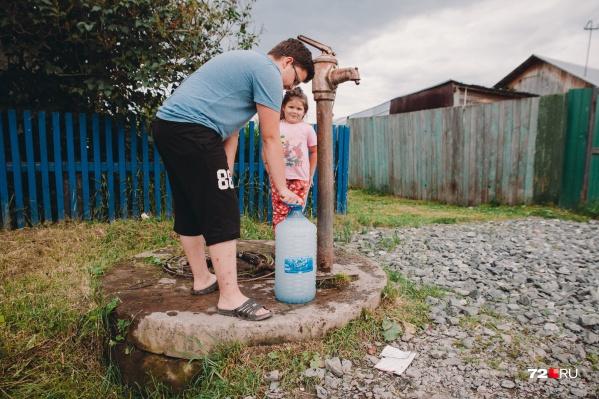 Административная граница села Яр проходит в нескольких метрах от черты города. Здесь есть горячий источник, но нет чистой воды