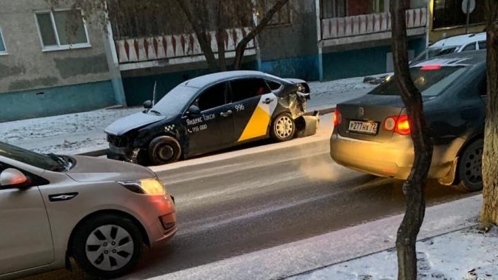 Водитель такси устроил ДТП на перекрестке Одесской и Котовского и травмировал свою пассажирку
