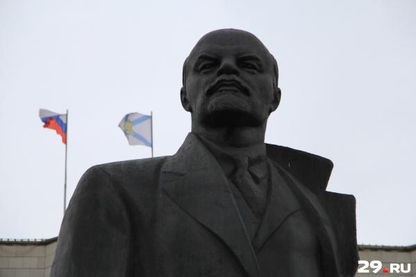 Самый, пожалуй, узнаваемый памятник вождю мирового пролетариата в Архангельске — на центральной площади города. У него и состояние получше<br><br>