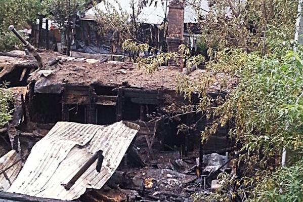 Огонь охватил три здания на Сухарной