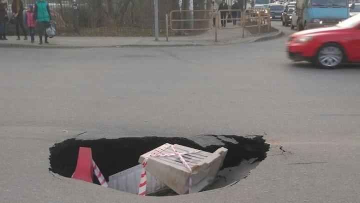 «Портал открылся»: на оживленной улице в Тракторозаводском районе провалился асфальт
