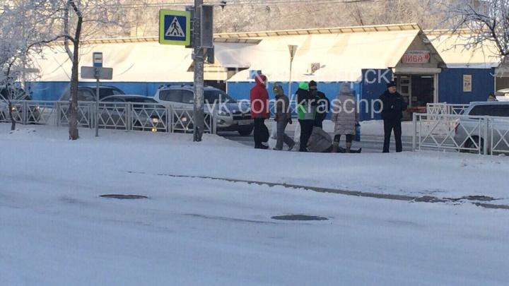 Упала или сбили? Фото лежащей женщины на «зебре» и стоящих рядом полицейских вызвало вопросы