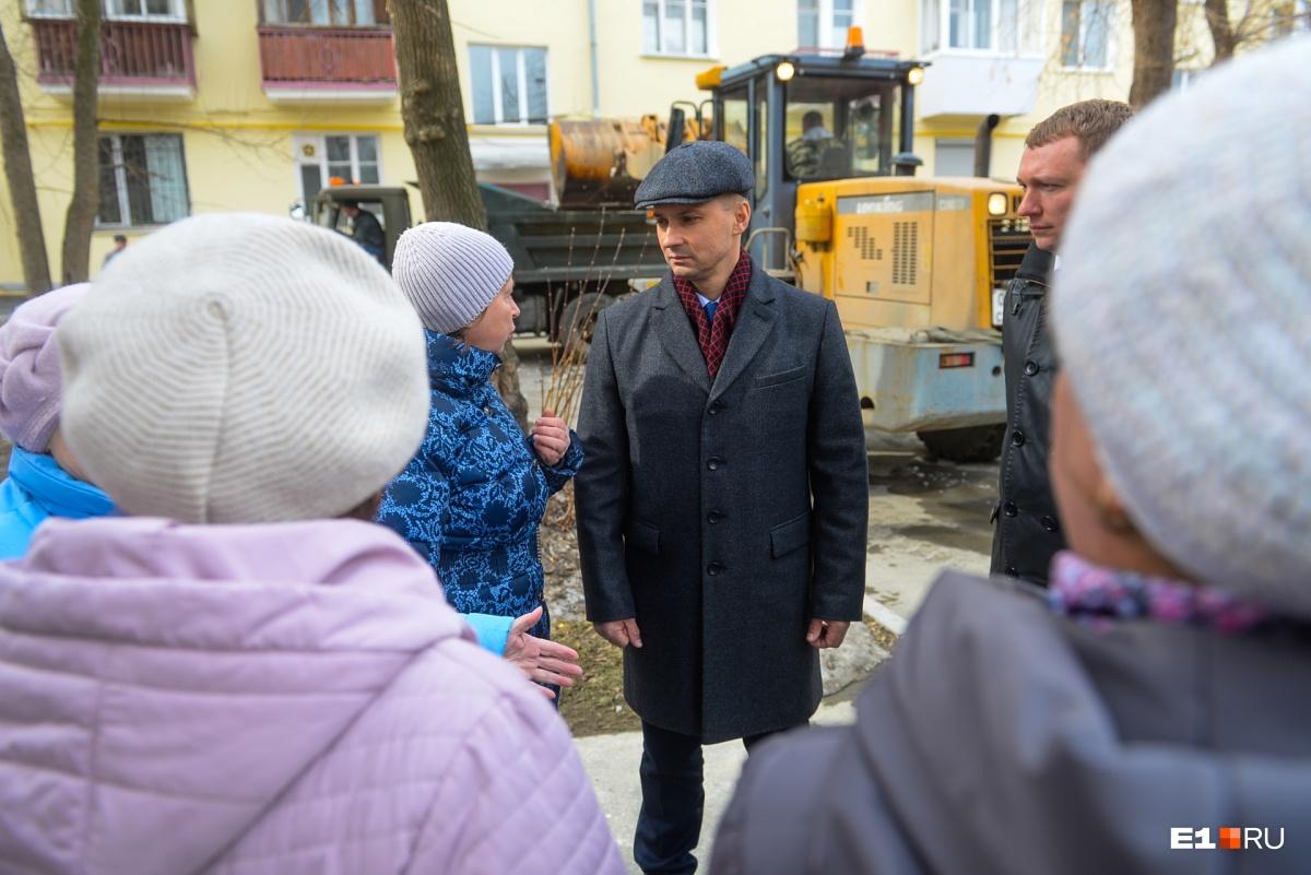 Увидев главу района, жильцы делятся наболевшим, в частности, жалуются на плохую уборку снега