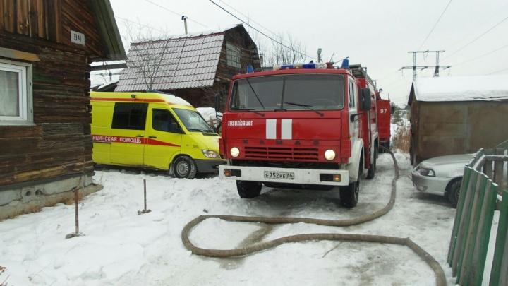 В горящем доме в Екатеринбурге пострадала 2-летняя девочка