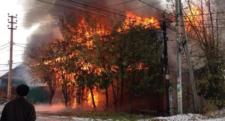 Пламя охватило оба этажа: на Вторчермете загорелся коттедж