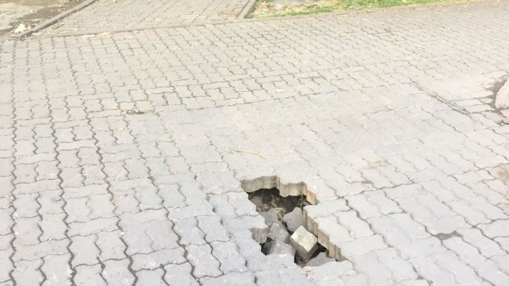 В Первомайском сквере провалилась плитка