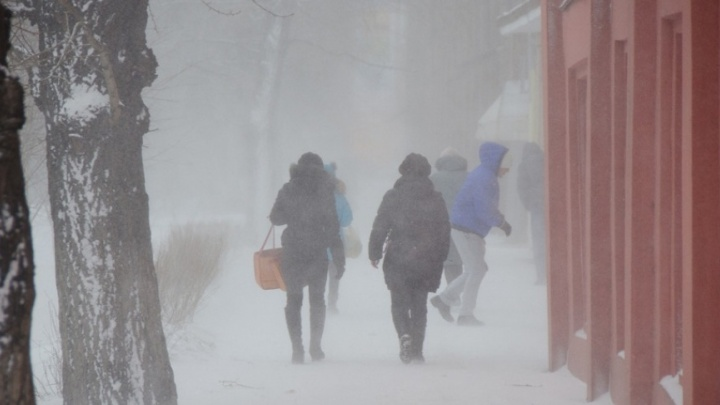 Штормовой ветер обрушился на Красноярск. Трассы перекрывают для движения