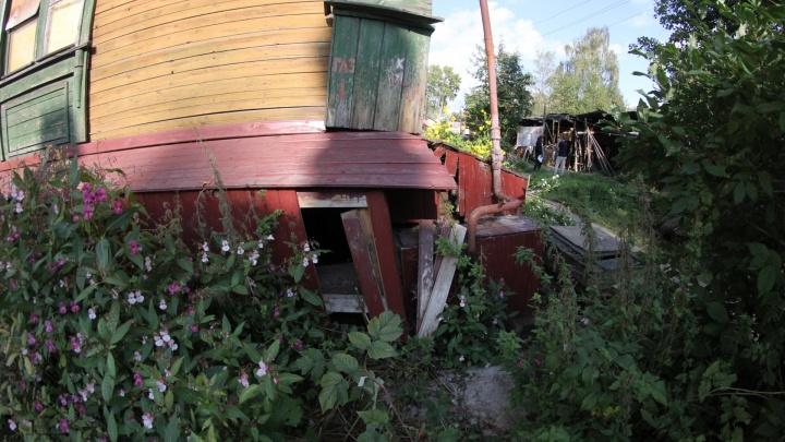 «Страшно, но живем»: в центре Архангельска деревяшка сходит со свай