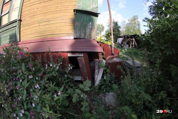 Жители заметили, что дом стал крениться еще в июле. К началу сентября смещение составляет более 50 сантиметров