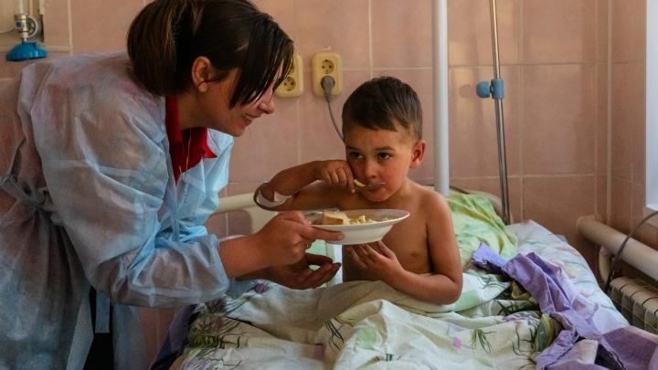 «Скучает по брату и просится домой»: отец рассказал о состоянии 3-летнего Коли
