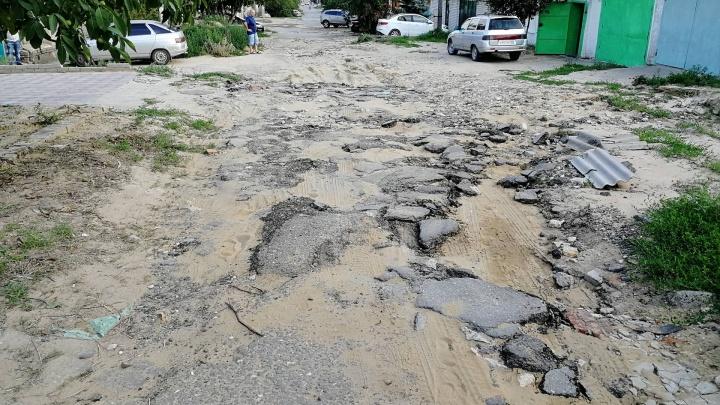 Ливни раскрошили дорогу в частном секторе в Волгограде
