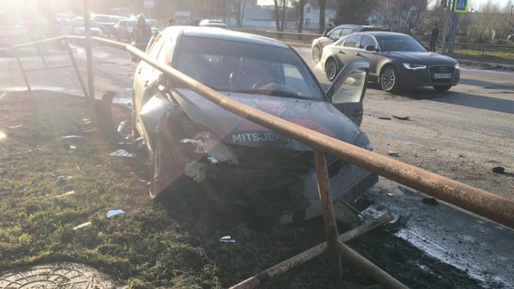 В Рыбинске автомобиль проломил ограждение у здания ГИБДД