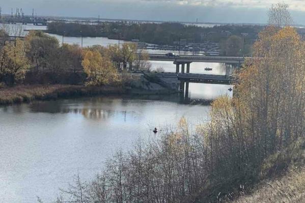 Мужчину и девушку нашли рядом с Нижним мостом