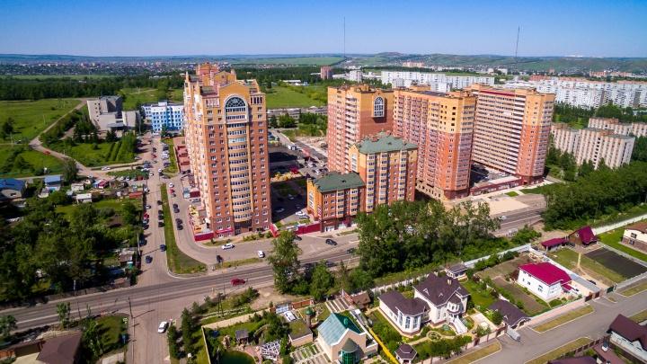 Жильцов на Стасовой просят снять рекламу и убрать на балконах: начались проверки перед Универсиадой