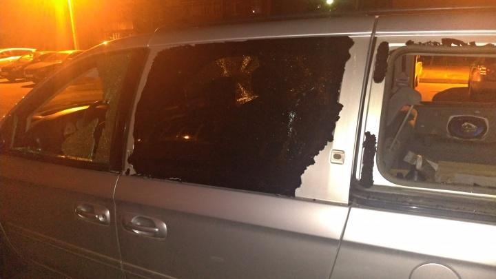 Выбиты все стекла: ночью в Рыбинске обстреляли машину