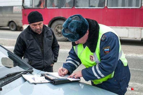 Привычная картина: инспектор ГИБДД заполняет множество бумажек. Скоро 90% его работы будет выполняться в автоматическом режиме