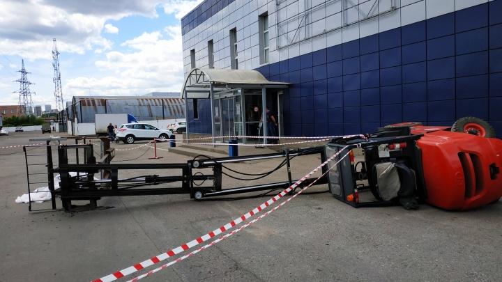Подробности несчастного случая с погрузчиком в Уфе: один человек погиб, еще двое попали в больницу