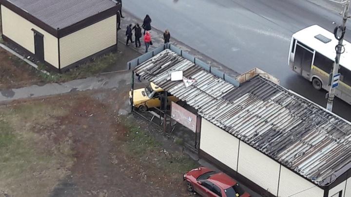 В Омске жёлтые «Жигули» въехали в остановку на «Московке-2»