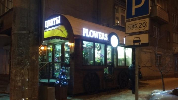 Легендарный ларёк с хот-догами в центре закрыли и заняли место цветами