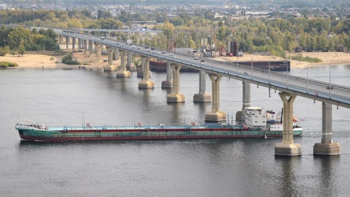 Статичные громадины и «Генерал» с женским лицом: в Волгоград по реке пришли необычные гости