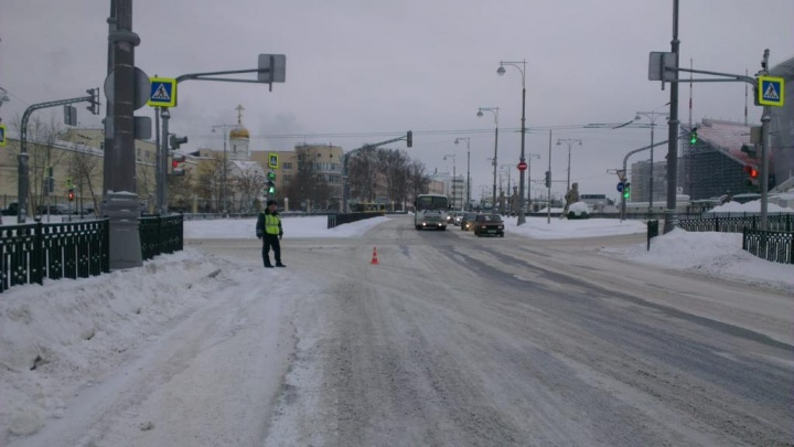 В Екатеринбурге разыскивают очевидцев того, как иномарка сбила двух несовершеннолетних девушек