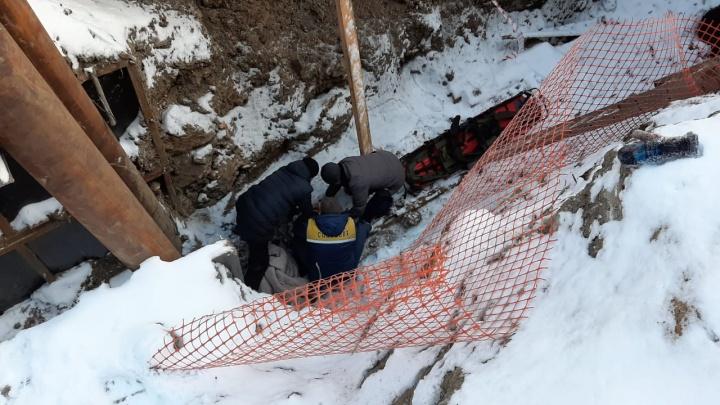 В Екатеринбурге ребенок упал в траншею. Публикуем видео спасательной операции