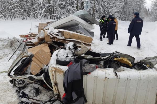 От грузовика после аварии ничего не осталось. Мебель, которую в нем везли, разбросало вокруг