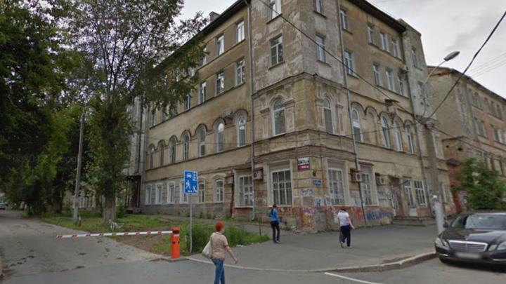 «Уже стоят подпорки»: в центре Перми расселяют жителей аварийного подъезда в доме на Куйбышева, 7