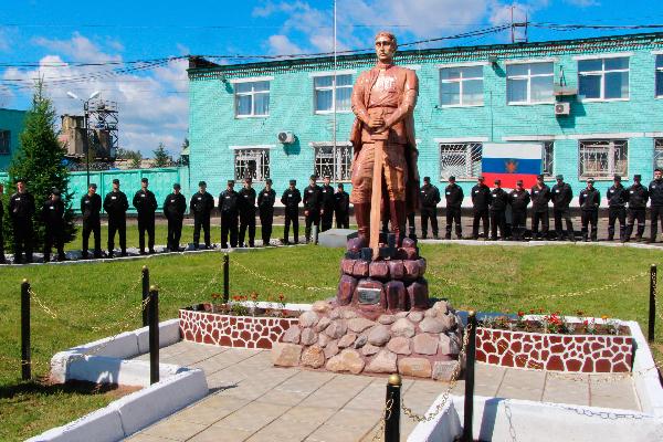 В Рыбинске заключенные сделали двухметровую статую неизвестного солдата