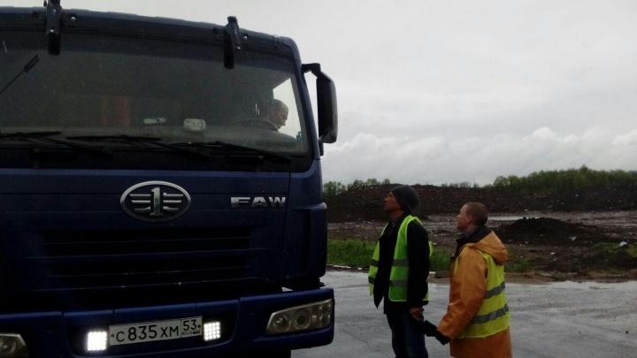 Участники архангельской бессрочки перекрыли дорогу грузовикам с отходами неизвестного происхождения