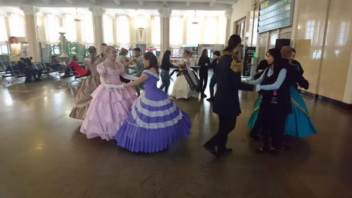 Видео: танцовщики в костюмах позапрошлого века устроили бал на ж/д вокзале
