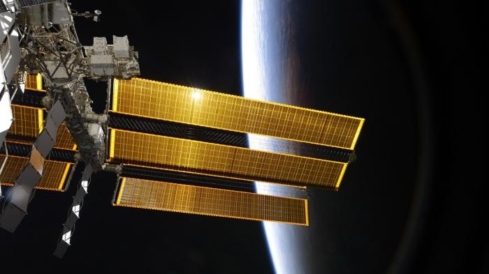 Так детально вы МКС с Земли, конечно, не увидите, но разглядеть её будет можно