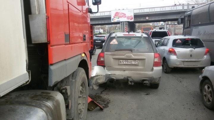 Фура вместе с «КИА» попали в аварию на площади Труда и перекрыли две полосы