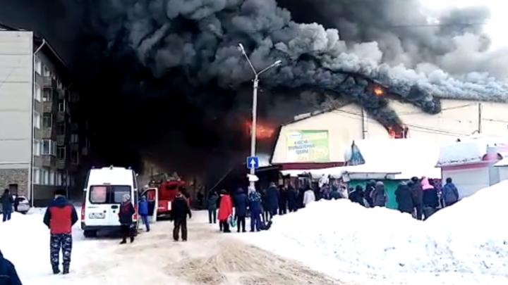 В центре Искитима сгорел торговый комплекс, спаслись 30 человек: подробности ЧП