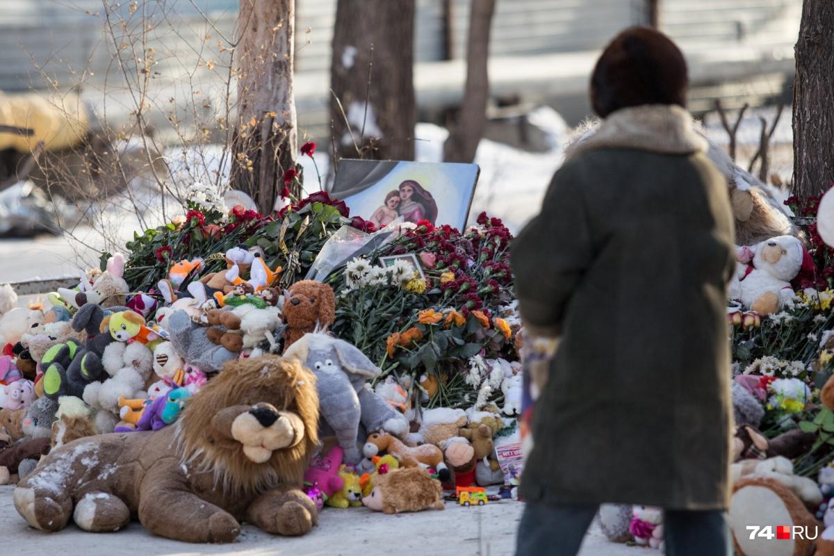 Люди до сих пор приходят на место трагедии с цветами