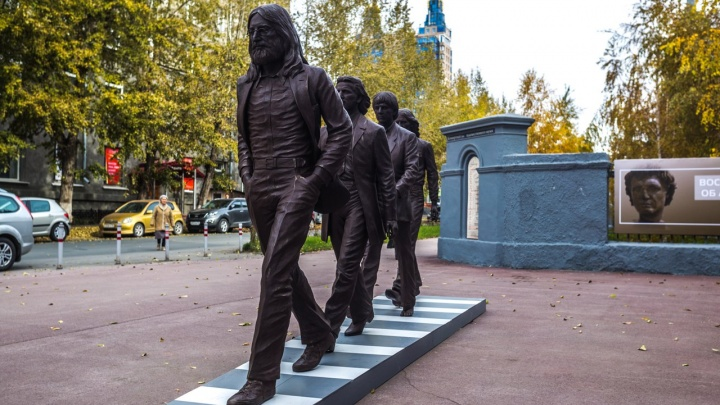 Как на Эбби-Роуд: в центре Новосибирска появилась скульптура с «Битлз»