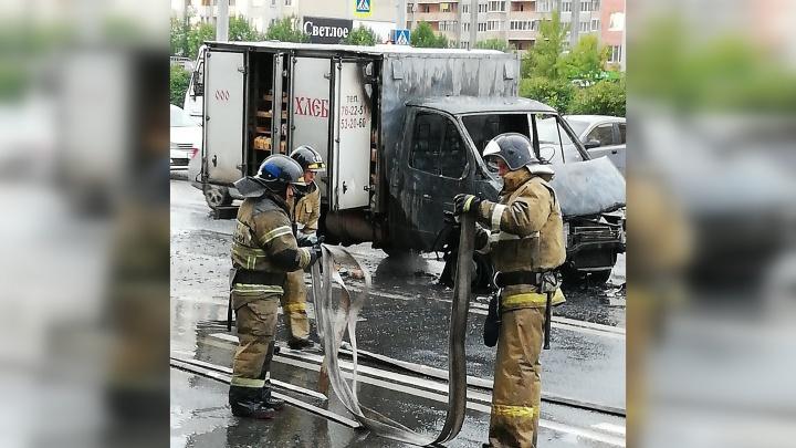«Газель», перевозившая хлеб, загорелась посреди дороги на Широтной